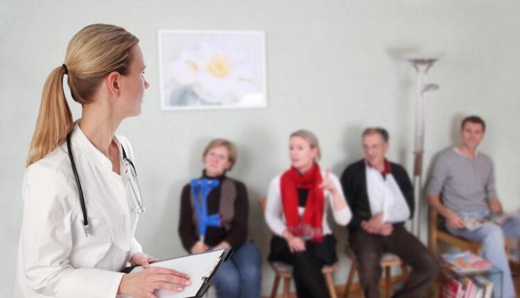 """Ã""""rztin im Wartezimmer mit Patienten"""